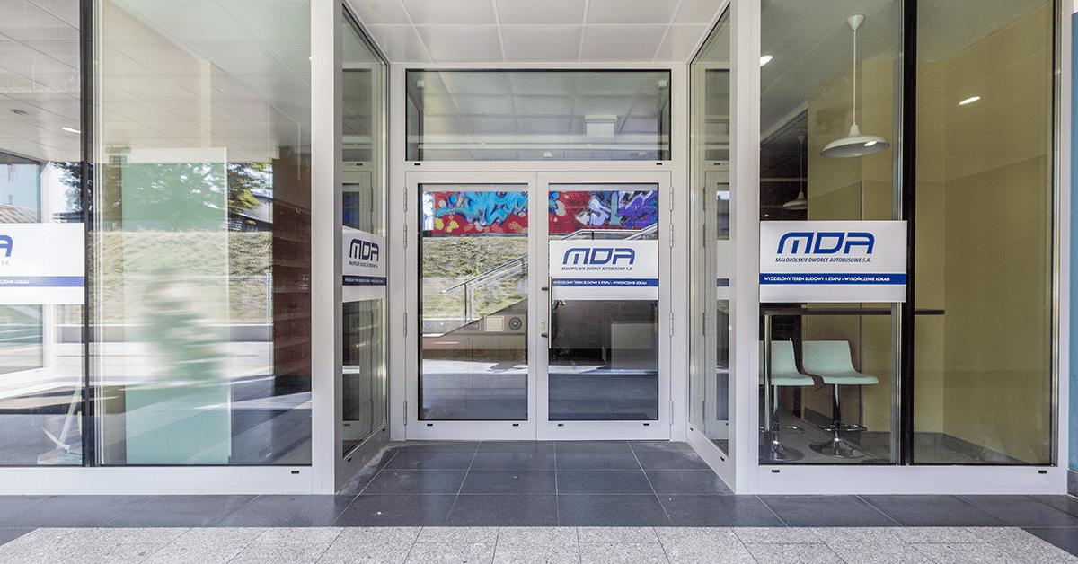 okna i drzwi do budynków użyteczności publicznej